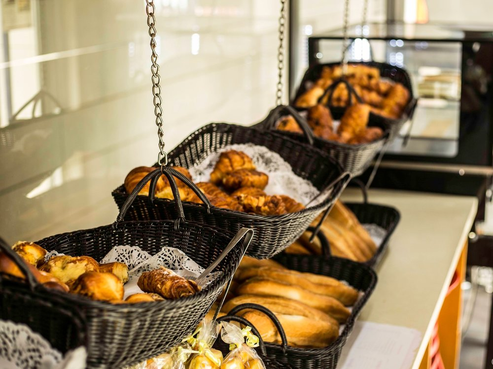 Le Petit-Déjeuner - Pour un excellent début de journée, l'hôtel met à votre disposition un petit-déjeuner buffet composé de produits frais servi tous les jours de 6h30 à 10h30. Au menu, vous trouverez : du café, chocolat, thés, jus de fruits, pains et viennoiseries, charcuteries et œufs cuisinés selon vos envies. Le petit-déjeuner pourra vous être servi en chambre sur demande avec un supplément.