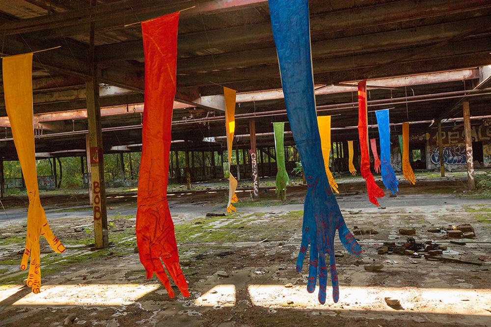 mirena-rhee-installation-giant-hands_08