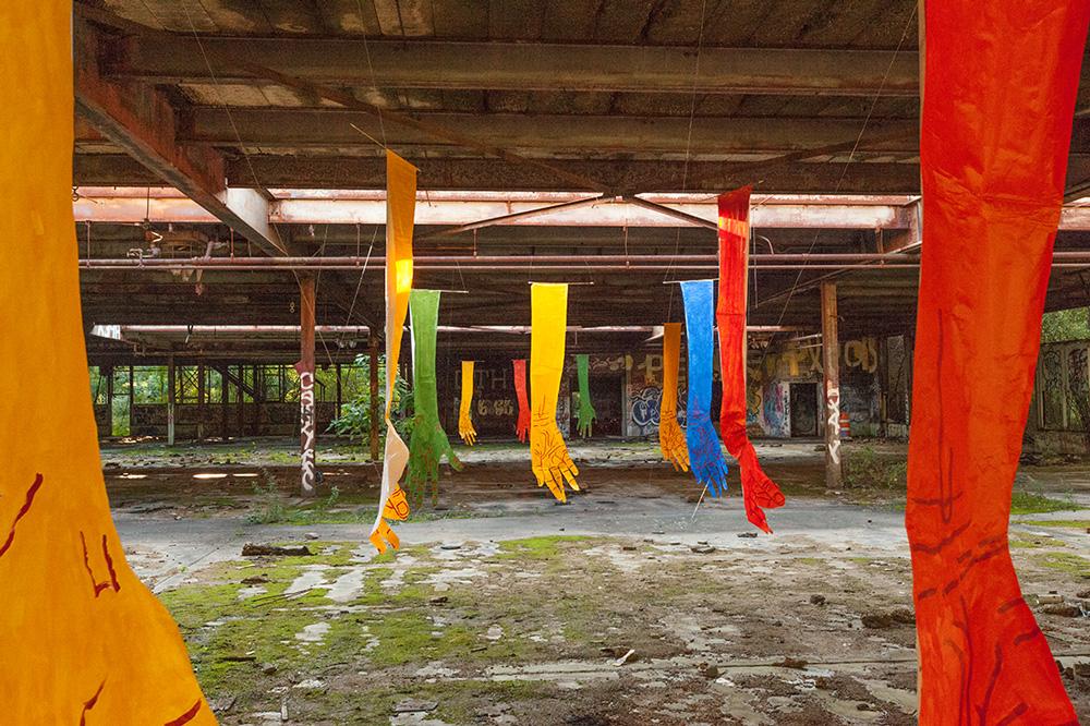 mirena-rhee-installation-giant-hands_09