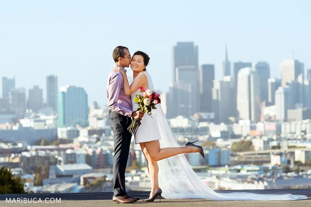Will you merry me? fiancee kiss fiance in the amazing view in the San Francisco