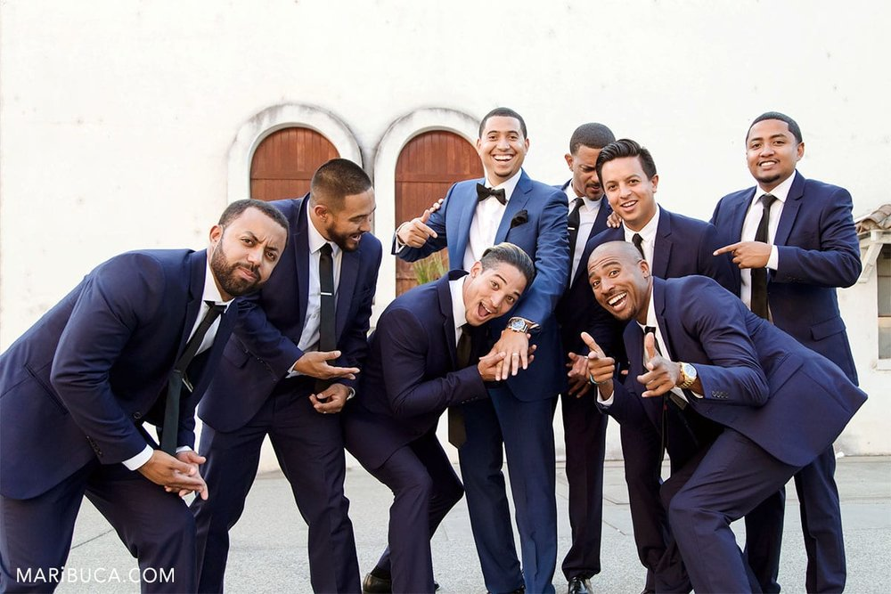 The groom shows the first time his rings for groomsmen.