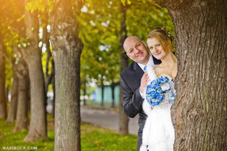 Newlyweds having posing images in the garden