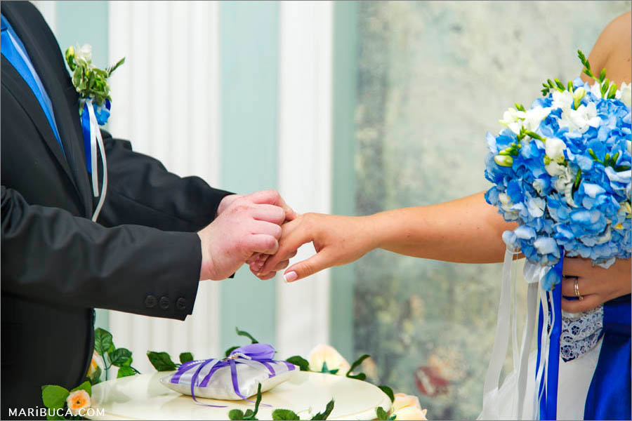 Exchange the wedding rings. Color of the wedding is navy blue.