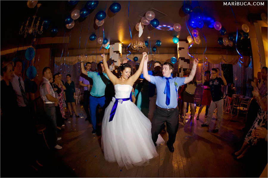 The first dance of the bride and groom with the bridal party. Staged wedding group dance.