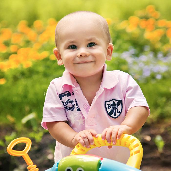 04-happy-10months-kid-green-grass.jpg