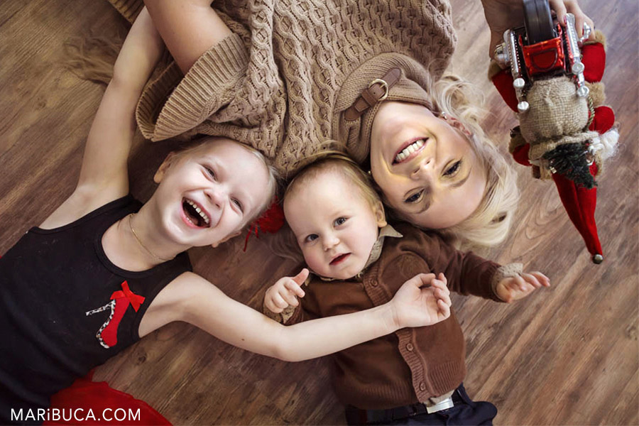 15-mother-kids-happy-lay-down-flow-christmas-time-photosession.jpg