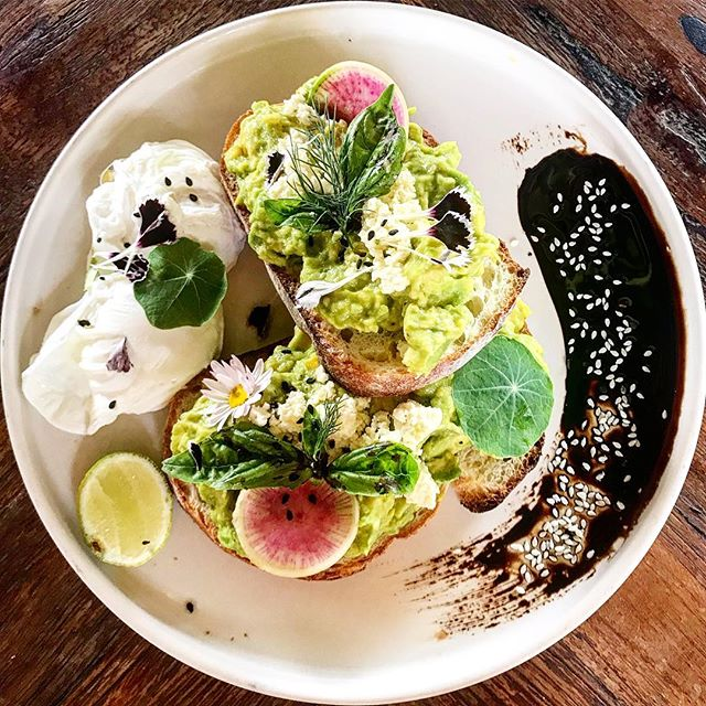 Start the day with healthy breakfast 🥰 ✨ Ingredients: #homemadebread  #guacamole  #poachedeggs  #lime #seasaltandpepper  #sweetsoysauce  #whitesesameseeds  #ediblefreshflowers (available on www.skybridgehk.com) ✨ #veggielover #veggierecipes #skybridgehk