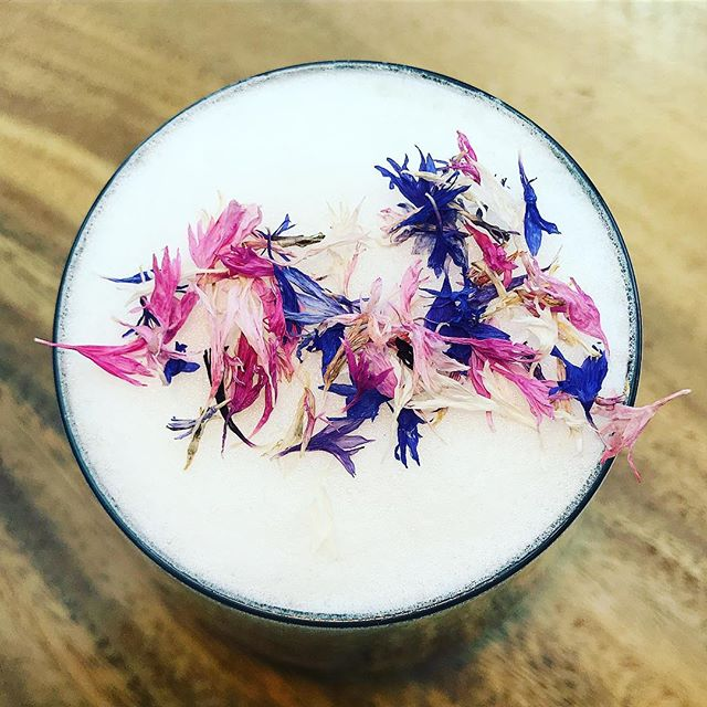 Homemade butterfly pea tea latte with edible dry doe corn flowers 💕 ✨ Ingredients: #BlureBlueMatchaTeaPowder (available on www.skybridgehk.com) #Milk #DryOrganicEdibleCornFlowers (available on www.skybridgehk.com) ✨ #homecooking #bluematchalatte #skybridgehk
