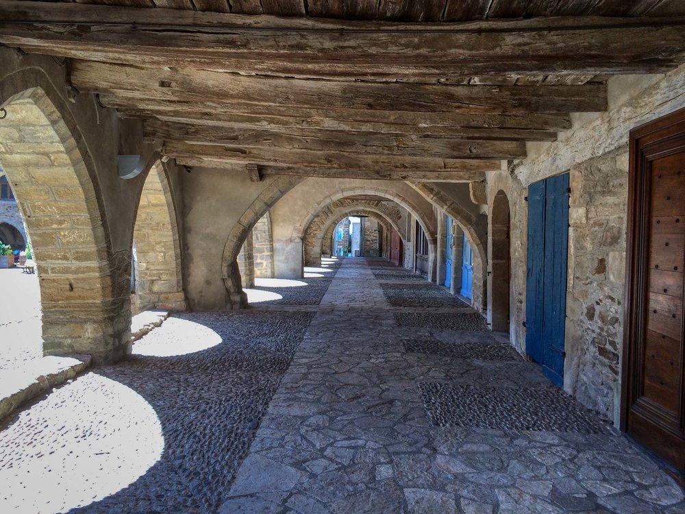 Sauveterre-de-Rouergue under the arches