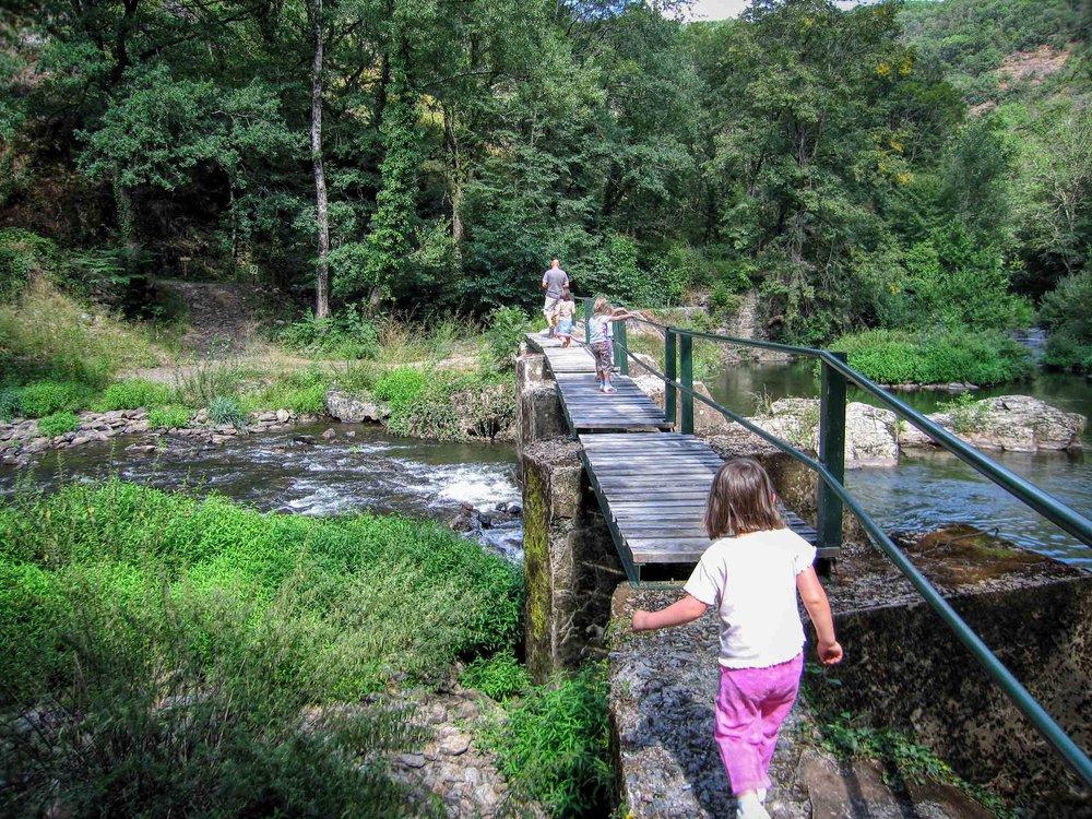 Kids on a Viaur river walk near Pampelonne