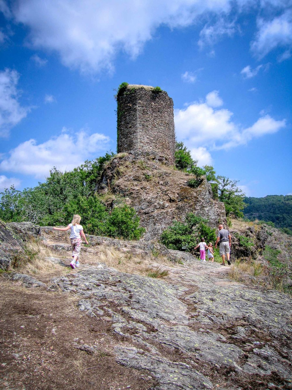 Kids explore Thuriés remains near Pampelonne