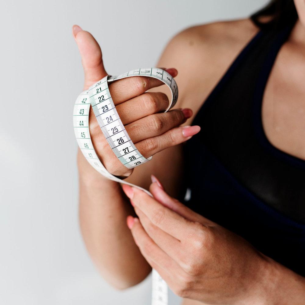 Det är enkelt - Med enkla verktyg och rätt stöd från din coach är det enklare än någonsin att gå ned i vikt.Här lär du dig att förstå vad din kropp behöver för att enkelt kunna använda dig av det i din vardag. Inget räknande av kalorier eller vägning av maten krävs.Ät och träna för att leva!