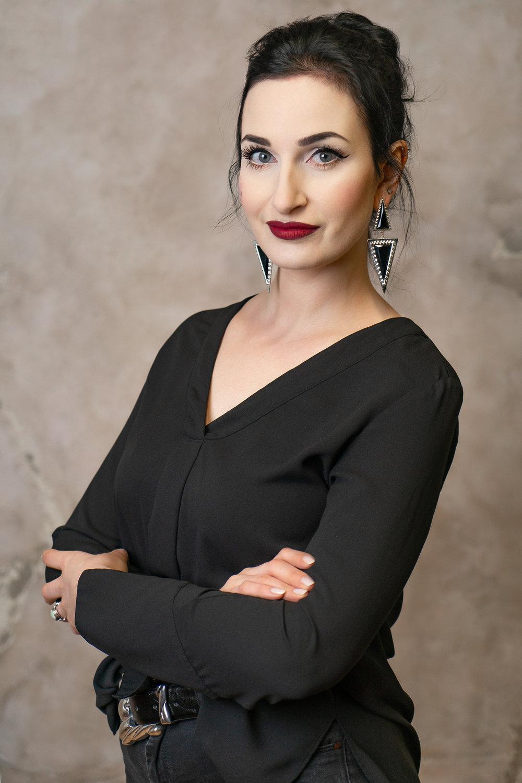 Hallo, ich bin Anni! - ich bin Kosmetikerin und Make-Up Artist.Meine Ausbildung zur Kosmetikerin habe ich auf der Beautyworld, Dortmund, im Dezember 2006 erfolgreich abschlossen. Von dort an habe ich in vielen Bereichen der Kosmetikbranche gearbeitet, überwiegend mit High-End Produkten der Parfümerien sowie im Spa- & Wellness-Bereich.In meiner Zeit in der Parfümerie entwickelte sich meine Vorliebe für dekorative Kosmetik zu einer Leidenschaft, welche ich Ende 2013 auf der Beauty & Fame Academy, Düsseldorf, mit einem Abschluss zum professional Make-Up Artist perfektioniert habe.Nachdem ich 4 Jahre in Düsseldorf verbracht habe, wo ich als selbstständige, mobile Make-Up Artistin mein Wissen und Können auf diversen Fashionshows, Fotoshootings uvw. routiniert habe, zog es mich zurück ins Ruhrgebiet.Bei meiner beruflichen Reise habe ich festgestellt, dass eine Mischung aus beiden Berufen für mich perfekt ist, da ein Make-Up nur so gut sein kann, wie die vorhandene Grundlage. Weswegen ich mich dazu entschlossen habe mich auf Problemhäute jeglicher Art zu spezialisieren.Mein Ziel ist es, jeden meiner Kunden zu inspririeren, das Beste aus ihrer Haut herauszuholen und sie zum strahlen zu bringen.