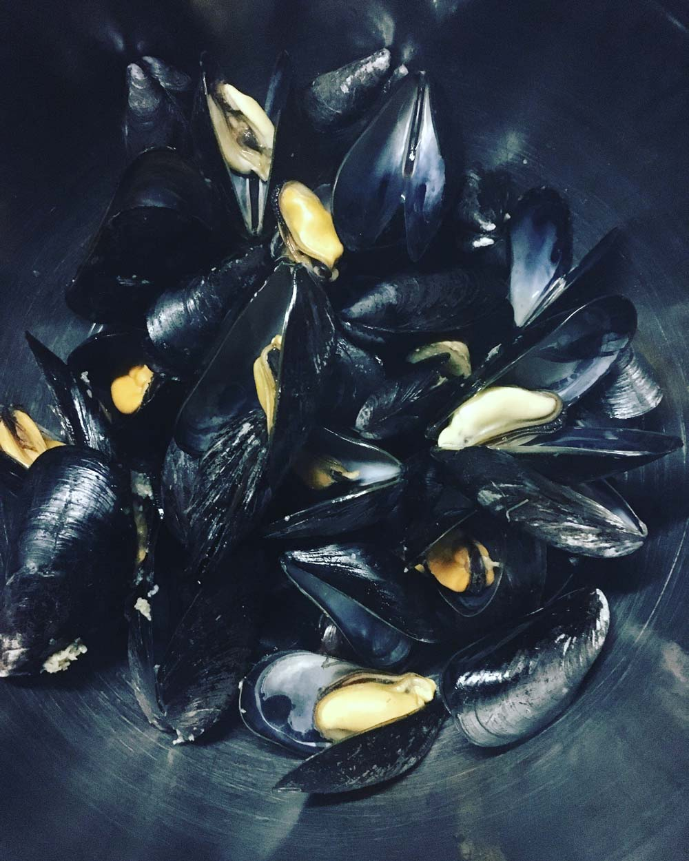 Delicious-Living-Nutrition-Cauliflower-Grits-Recipe_Mussels.jpg
