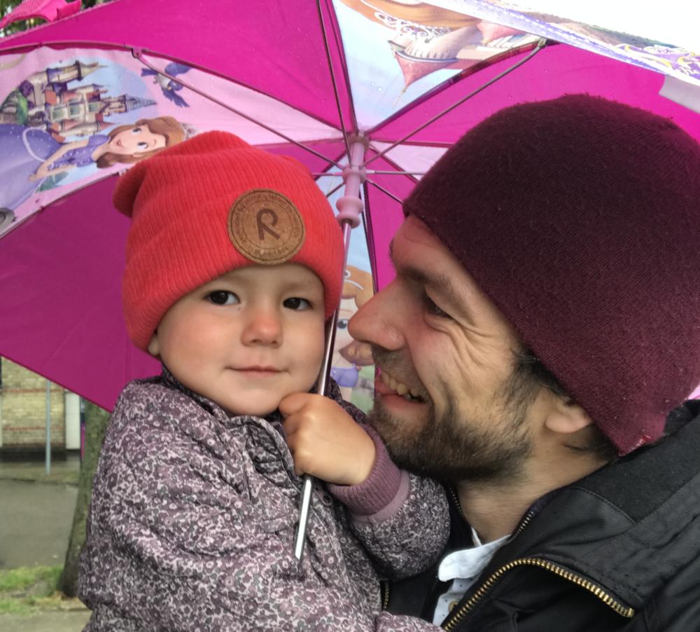 ellen-og-paraply.png