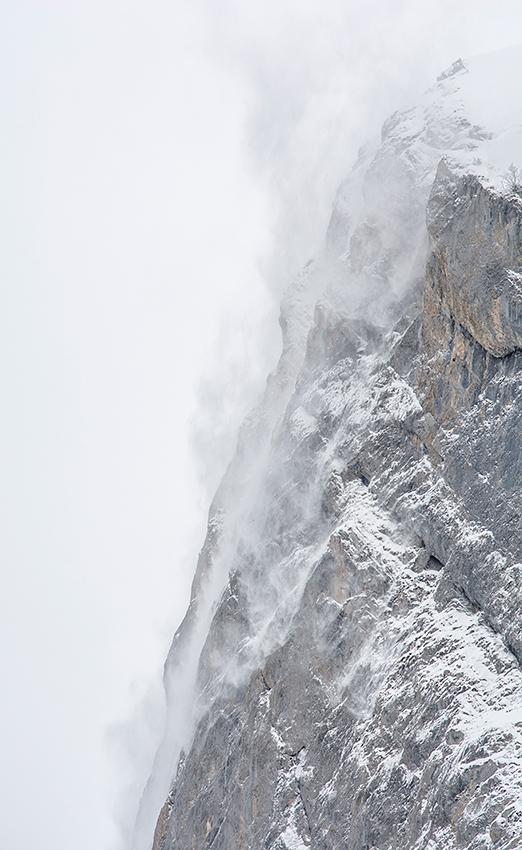 """""""Sur les hauteurs, un puissant souffle déloge parfois la poudreuse fraîche, qui tournoie lentement avant de se volatiliser dans le paysage blanc."""""""