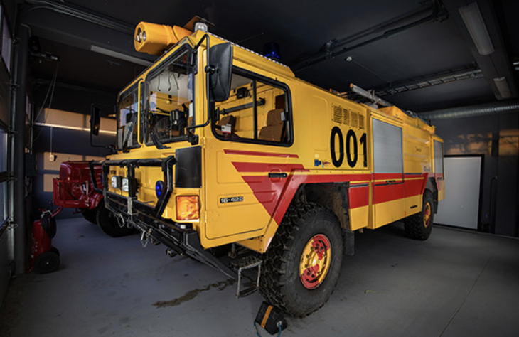Drypowder fire truck - International 1200 D – 1970 modelThis dry powder fire truck has a capacity of 200 kg of powder, with an additional 250 kg in the trailer. The fire truck was in service at Røros Airport in the 1970s and 1980s.The fire truck was donated to the Norwegian Aviation Authority Museum, now the Avinor Museum, in 1998.