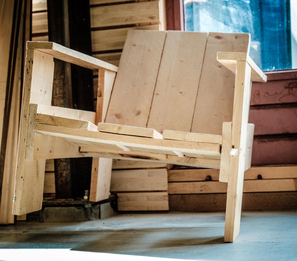 Buurman staat voor lokaal hergebruik - In plaats van het storten, verbranden of laagwaardig recyclen van restmaterialen geven we materialen een nieuw leven via onze winkels en werkplaatsen.