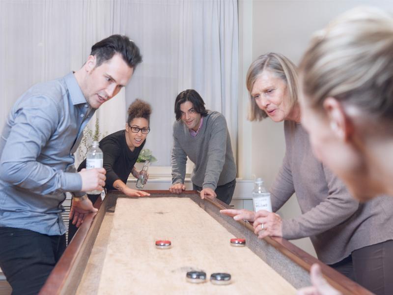 Ta en avbrott under er konferens och spela ett parti shuffleboard