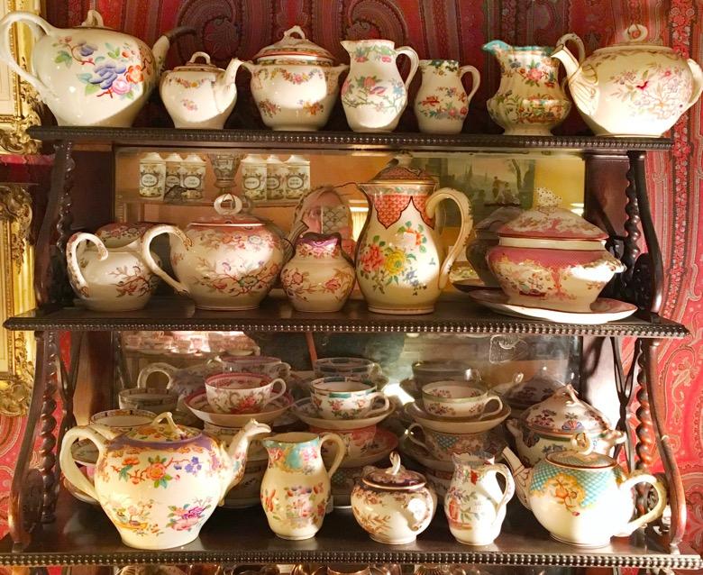 Paris-Flea-Market-teapots.jpg