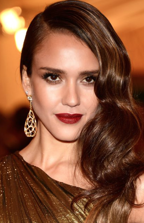 - If you have an olive skin tone like Jessica Alba, you naturally have a yellow- green undertone. Go for a darker shade, such as a brick red. Darker, earthy tones tend to look best with this skin tone.