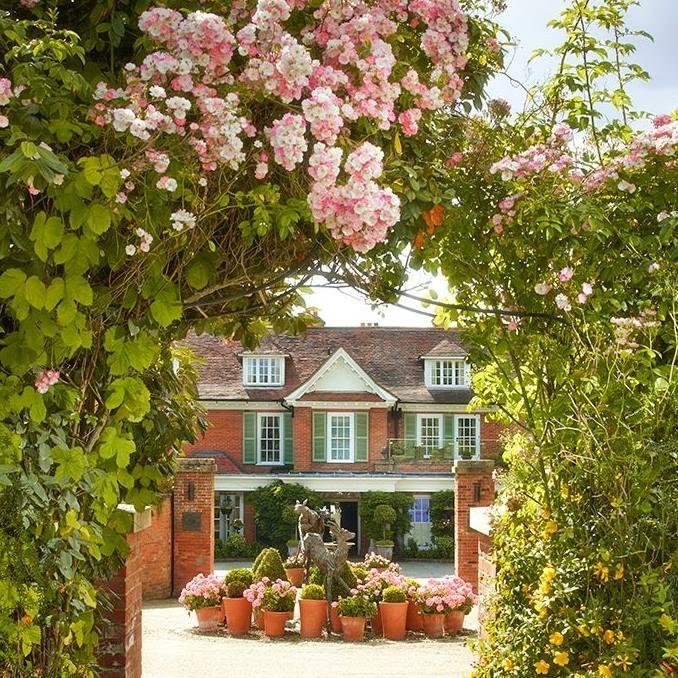 Chewton_Glen_with_roses.jpg