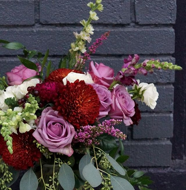 Rainy days are for bouquets (mic drop) . . .  #milkweedmaid #floral #florist #floristry #floraldesigner #floraldesign #dsfloral #designer #boutique #shopsmall #kentuckyflorist #weddingflorist #floralwizardry #natural #bright #bloom #shoplocal #bellevueky #binvue #flowers #flora