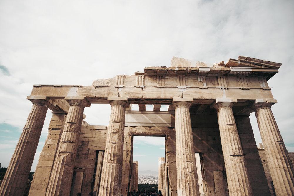 Griechenland - Peloponnes - 28.09. – 03.10.2019 | 6 Tage Flug- und BusrundreiseGriechenland, die Wiege der abendländischen Kultur, ist eines der schönsten Urlaubsländer. Neben der Hauptstadt Athen, dem pulsierenden Herz Griechenlands, sehen wir auf unserer Reise auf der Peloponnes den Golf und den Kanal von Korinth, das Theater von Epidauros, die herrlich am Meer gelegene alte Hauptstadt Nauplia und die Ausgrabungen von Mykene mit dem Löwentor, den Königsgräbern und der Zyklopenmauer. Führungen in Delphi und in Olympia vervollständigen diese interessante Reise in die Vergangenheit. Wir gehen in die typischen Kafenions und Taver- nen, genießen die griechische Küche und den Wein und lernen dabei die Gastfreundschaft der Griechen kennen..
