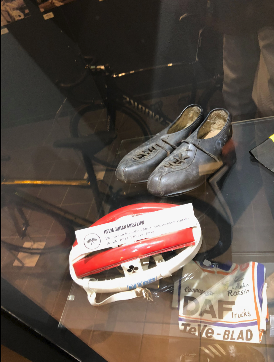 """Original-Equipment von Johan Museeuw, dem dreifachen Sieger des Rennens, genannt: der """"Löwe""""."""