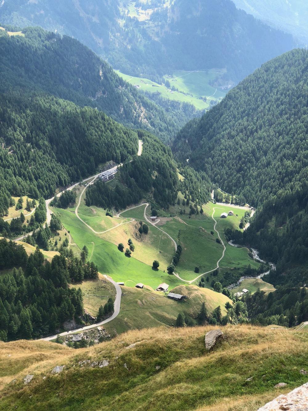 Schulterblick zurück ins Passeier Tal, mittig/links ist der Gasthof Schönau zu erkennen.Schulterblick zurück ins Passeier Tal, mittig/links ist der Gasthof Schönau zu erkennen.