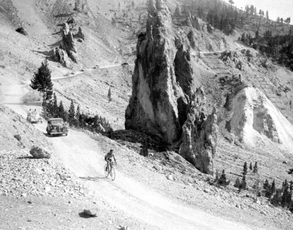 Auf den Bergetappen der frühen Touren wurde häufig auf rauen Pisten gefahren.