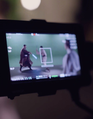 E TE SURPREENDE - Depois, reunimos nossa equipe de produtores, roteiristas e diretores para realizarmos a produção do vídeo, apresentando soluções que ultrapassem os limites do esperado.