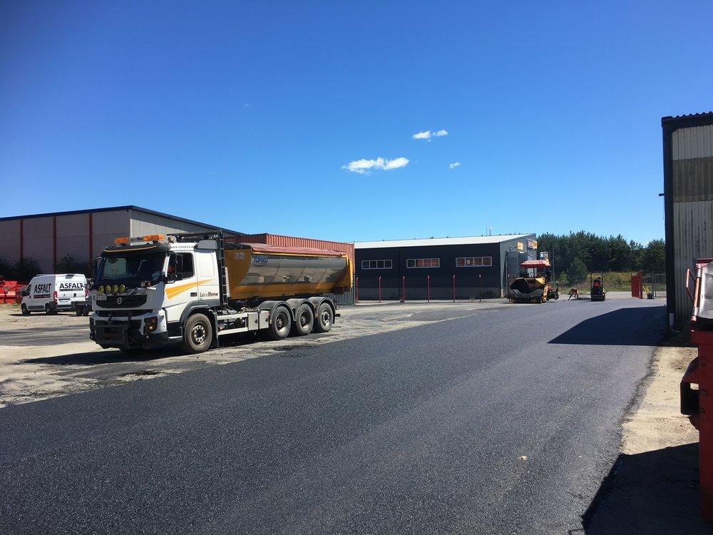 Asfalt i småland - Asfalt i Småland startades 2013 och är ett lokalt företag som utför arbeten inom radie på tjugo mil med Jönköping som utgångsort. Vi jobbar med i princip allt inom beläggningsteknik. Från att laga det lilla hålet på en parkering till att lägga en stor industriplan.