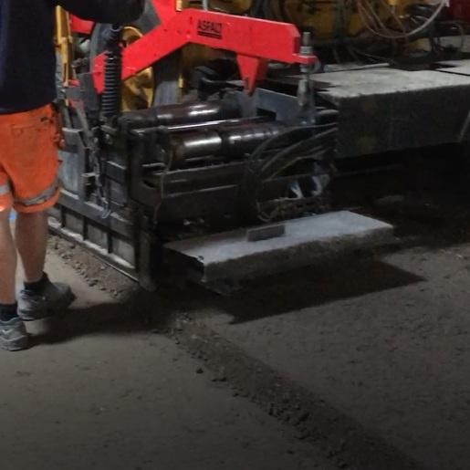 Cementstabiliserat grus   CG är som det låter ett grus som vi blandar med rätt mängd cement i. Används där marken är siltig och mjuk. I stället för att gräva ur och ersätta det urgrävda med tjocka lager förstärkningslager så kan vi utföra en C G med ringa insats. Se filmer nedan på utläggning.