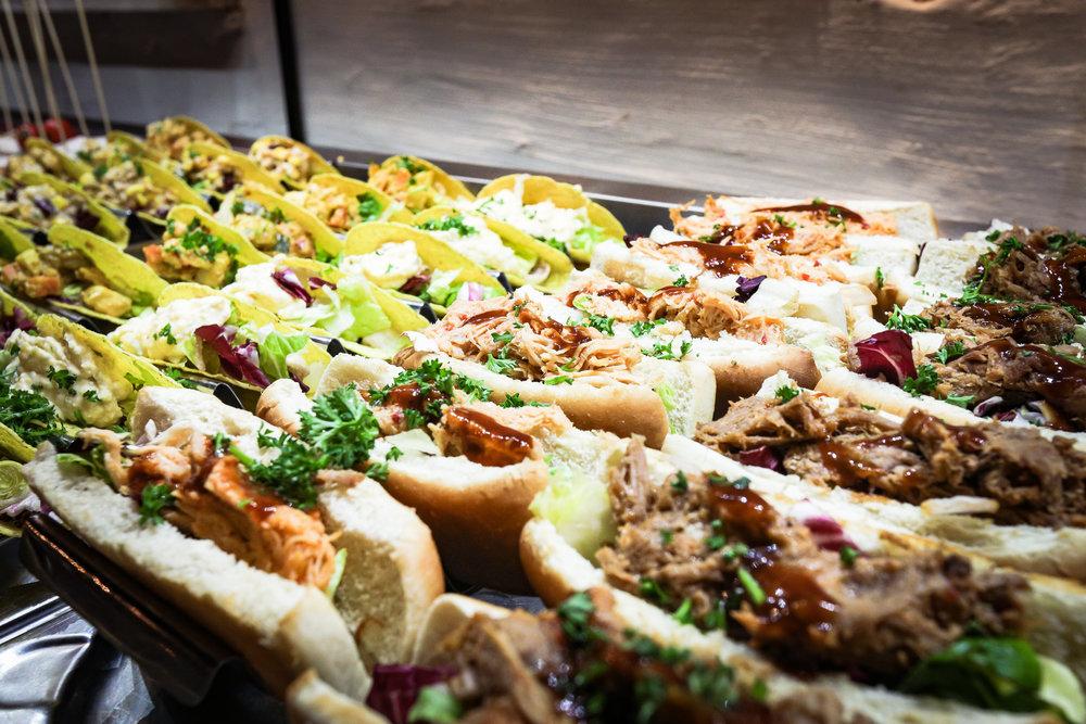 HERZLICH WILLKOMMEN - Das Factory Buffet Konzept bietet eine riesige & abwechslungsreiche Auswahl an amerikanischen & mexikanischen Speisen.Angefangen mit amerikanischen Klassikern wie Burger, Steaks frisch vom Grill, Ribs & Wings, Fleischgerichten und Gemüse-Variationen, Finger Food, Wraps bis hin zu unseren hausgemachten Salaten.Darüber hinaus bieten wir eine Auswahl an mexikanischen Klassikern wie Enchilladas, Tacos, Quesadillas und chili con carne an.Nicht zu vergessen unsere kalten und warmen Süß-Speisen vom Pancake und warmen Crumble bis hin zu diversen Kuchen, Donuts und immer wechselnden Creme-Variationen.Hier können Sie nach Ihrem persönlichen Geschmack, so oft und so lange wie Sie mögen, genießen. Durch wechselnde Speise-Angebote versuchen wir Ihren nächsten Besuch so abwechslungsreich wie möglich zu gestalten.Wir freuen uns auf euch! Euer Factory-TeamMehr erfahren Sie hier →