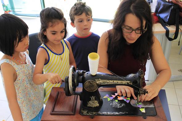 Palmira-Mimandrinha-e-os-nenos-de-Muxia-cosendo.jpg