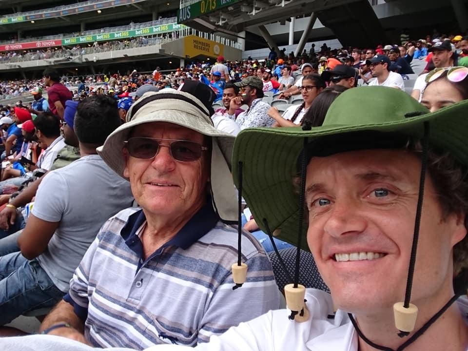 パース市内にあるスタジアムで父親とクリケットというスポーツの国際試合(オーストラリア対インド)を観戦中。私(右)が被っている帽子は伝統的なもので、ハエ除けという効果があるそうです!