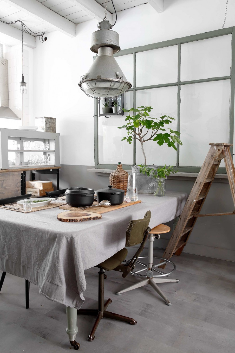 A muted palette, textures and plants everywhere, some beautiful vintage pieces, this is a house tour not to be missed!