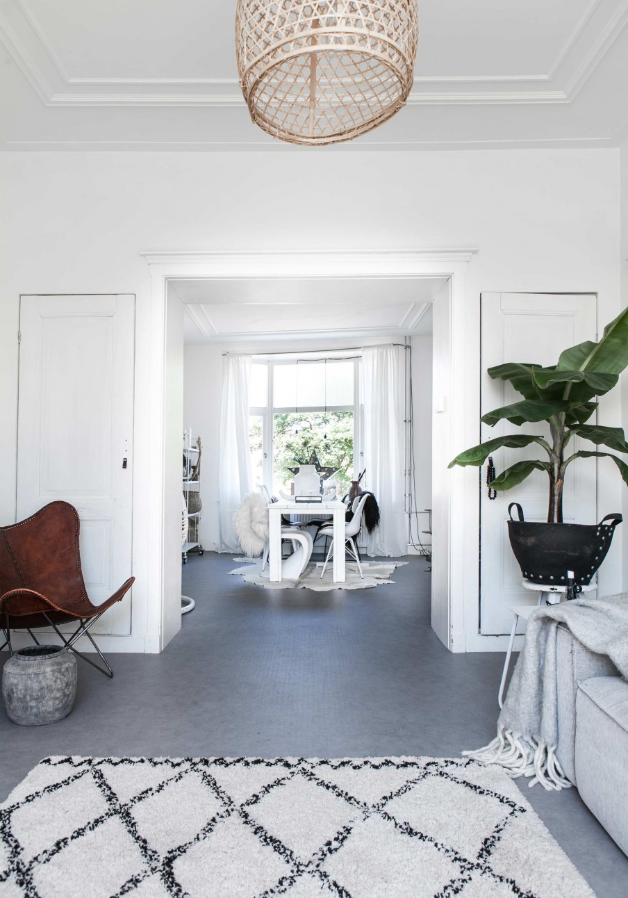 White, white and more white (except for that one divine black room) coupled with a few vintage finds makes this a simple but perfectly beautiful home full of light and Scandinavian inspiration.
