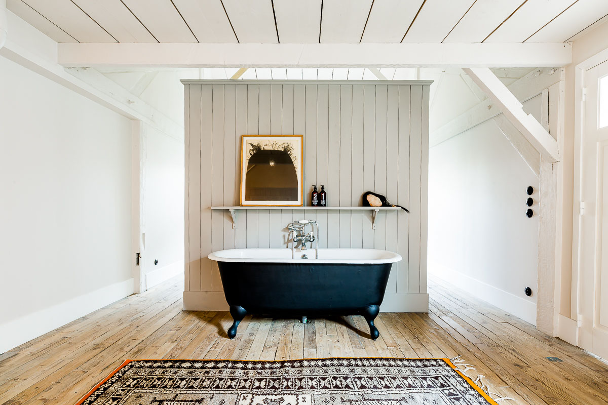 Simple bathroom in this magnificent French loft.