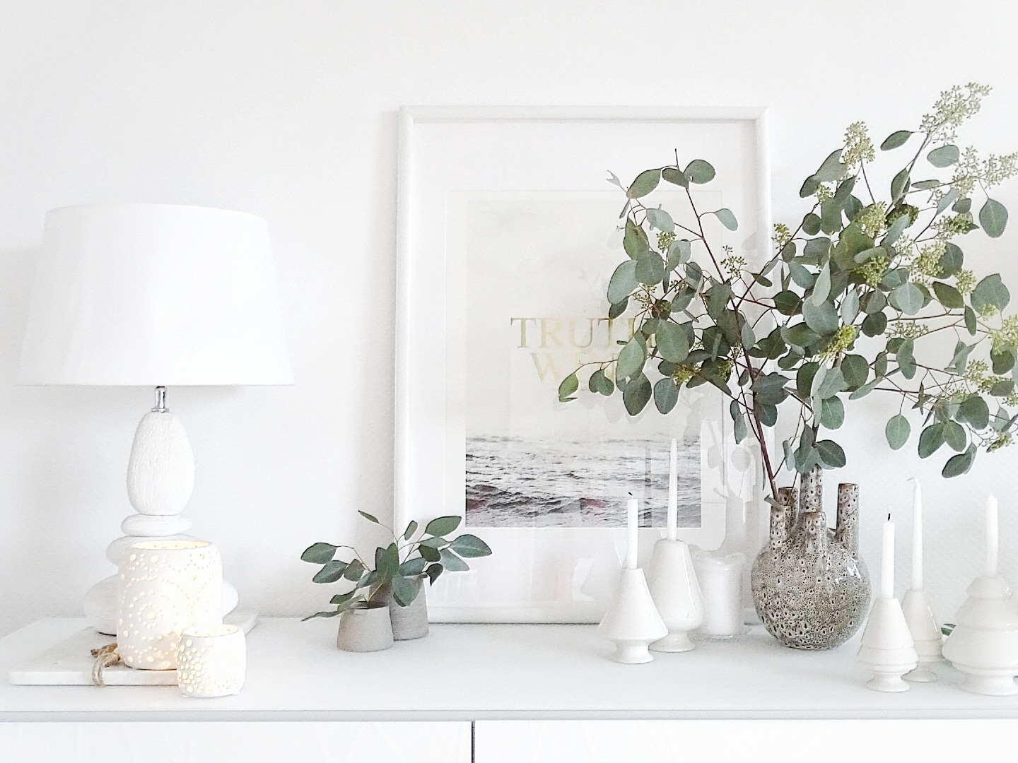 In this latest House of Instagram we discover Julia's German apartment brimming with scandinavian influences. White, minimal, the few vintage finds make an exciting contrast. Come and take the tour!
