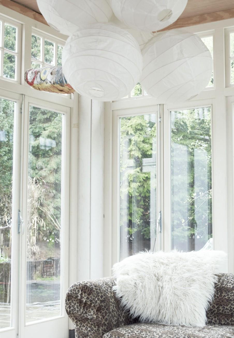 naarden-hoekwoning-woonkamer-romantische-ramen-witte-papieren-lampen