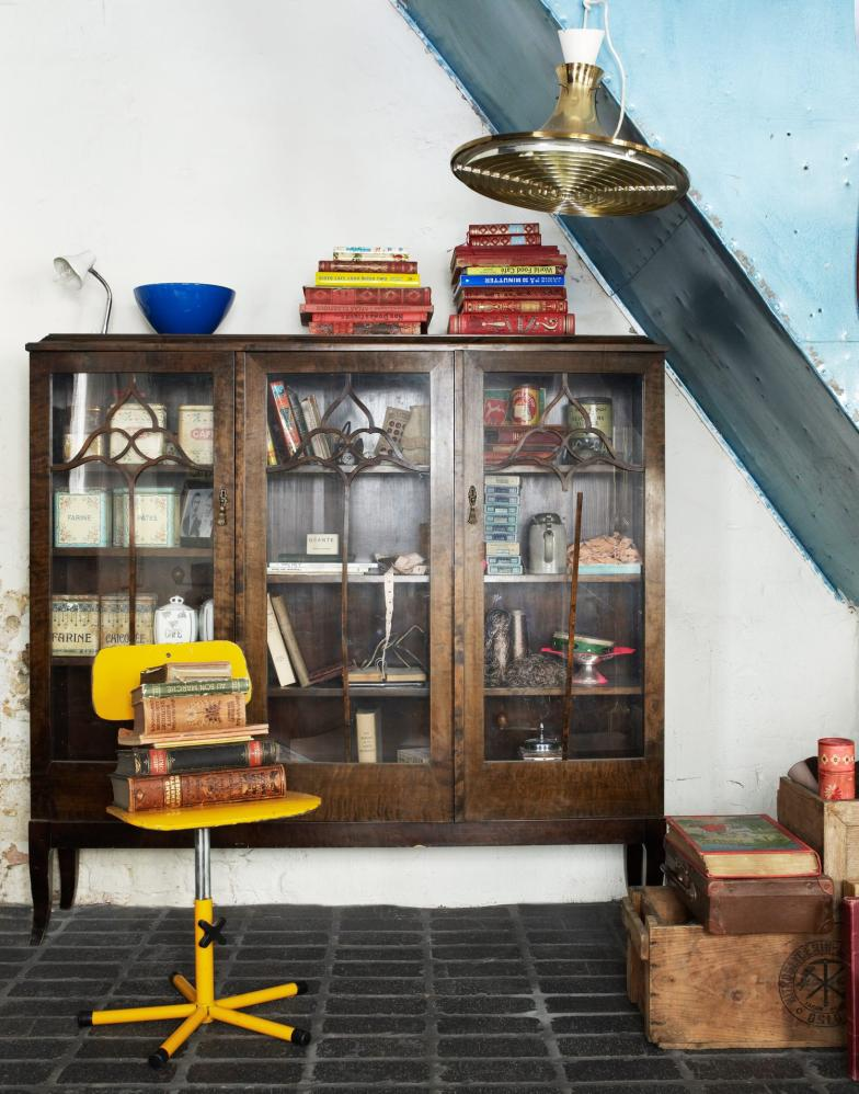 What do you when you are a vintage obsessive and have nowhere left to put anything? Simply buy another house and transform it into a pop up shop where everything except for the kitchen sink is for sale! Food for thought! I wouldn't mind having a rummage through this lot!