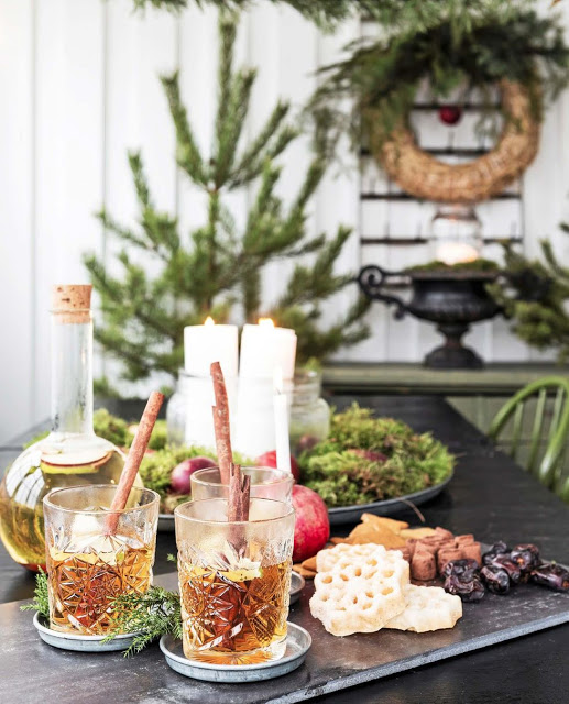 Christmas Scandinavian style, simple, white with a few vintage pieces, this place has a cozy festive feel.Check out the rest of the house on the blog you will be inspired.