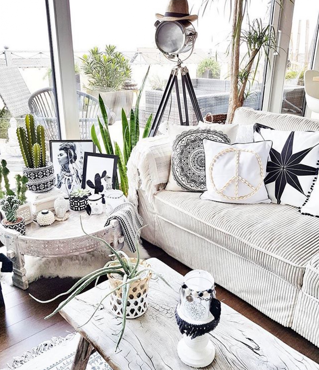 We kick off this new series of House of Instagram with the ubber gorgeous Claudia from @belliwood_boholiving. With her very distinctive monochrome Scandi boho style, Claudia wowed me instantly! She loves nothing more than to indulge in all sorts of DIY projects, making cushions with old stamps from Bali and many other boho home accessories which can be difficult to source in Germany. The result is an inspiring and individual home captured beautifully by Claudia herself! Take a look...