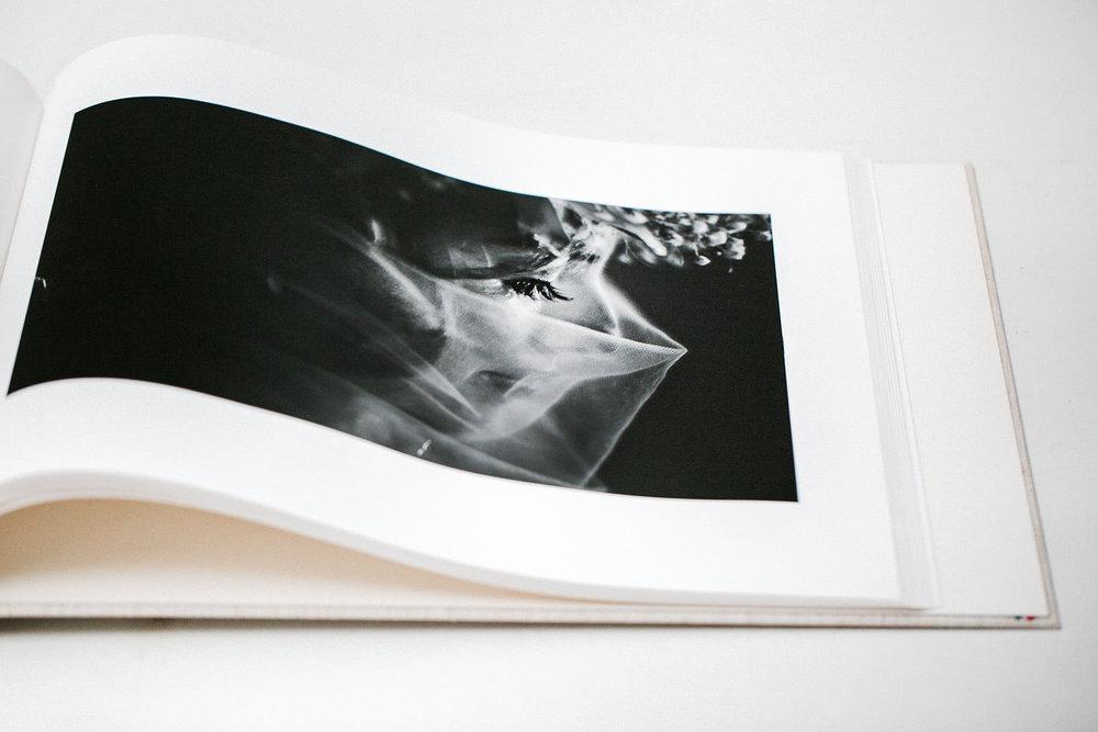 ÁLBUM - Es la mejor manera de revivir y compartir los mejores momentos de vuestra boda.Un libro Fine Art de 28 x 32 cm con 100 páginas de papel mohawk y 200 fotografías de vuestra boda.400€ + IVA