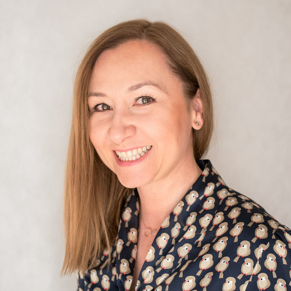 ROMA PIECZYŃSKA   Absolwentka Akademii Ekonomicznej w Poznaniu. Ukończyła również studia podyplomowe z Zarządzania Marką w Szkole Głównej Handlowej w Warszawie oraz studia podyplomowe z Zarządzania na Uniwersytecie w Rennes. Przez 2 lata była prawą ręką Agnieszki Duczmal w Orkiestrze PR Amadeus, przez kolejne 12 lat odkrywała tajniki brandingu w Lothar Böhm Associate.
