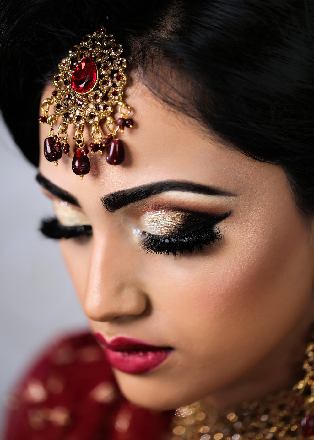 COMPLETE BRIDAL MAKEUP: - This course combines the material in the advanced bridal and bridal makeup courses, teaching techniques of bridal makeup application, taking into consideration media and photographic makeup.3 DAY COURSE