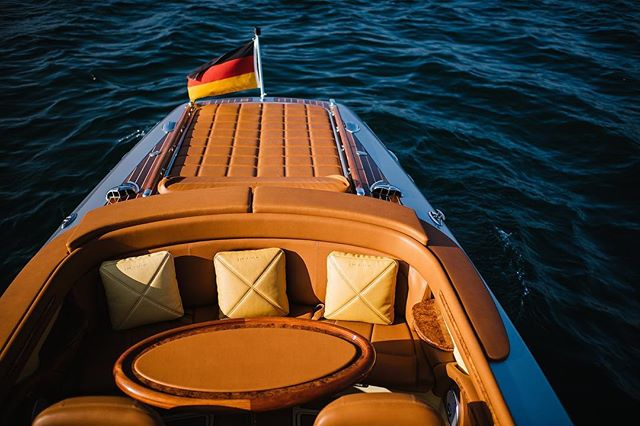 The #Pegiva and @elmarfeuerbacher is waiting for you ✨ Send us a message to receive more information and pricing - or visit our website (link can you find in bio). See you 😎 . . . . . . . . #pegivaboats #classicboatmagazine #classicboats #classicboat #classicboatshootings #classicyachts #elmarfeuerbacher #elmarfeuerbacherphotography #moetchandon #lakeofconstance #bodensee #boatshootings #riva #enjoythemoment #weddingshooting #hochzeitsideen #weddingevent #zeitzuzweit #paarzeit #timefortwo #besonderemomente