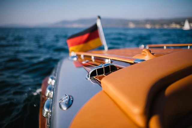 Chrom & Leder ✨ Die Details runden das Erlebnis ab und schmücken die Bilder - cheers 🍸 . . . . . . . . . . #pegivaboats #classicboatmagazine #classicboats #classicboat #classicboatshootings #classicyachts #elmarfeuerbacher #elmarfeuerbacherphotography #moetchandon #lakeofconstance #bodensee #boatshootings #riva #enjoythemoment #weddingshooting #hochzeitsideen #weddingevent #zeitzuzweit #paarzeit #timefortwo #besonderemomente #retrostyle #retroboat #enjoyyourlife #gourmet #besonderemomente